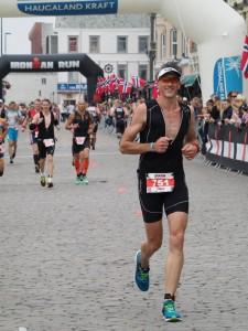 Hans Aaseth påvei til mål i sitt første Triathlon, Ironman 2015 i Haugesund