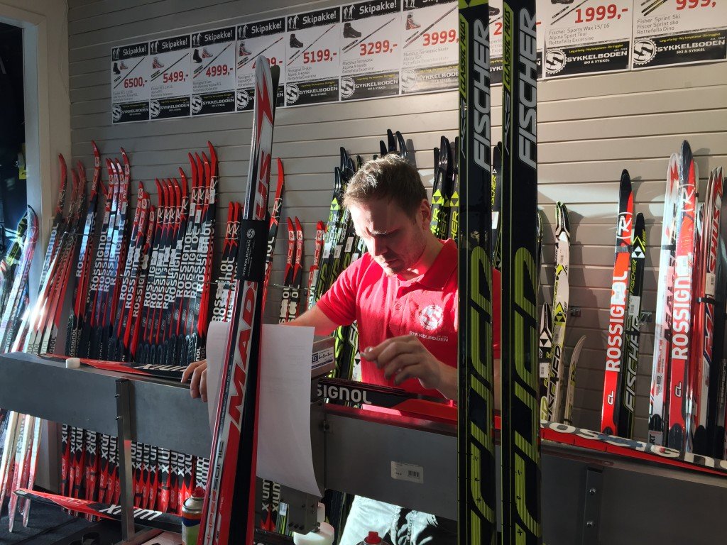 Yngve Sollien måler spenn på ett par nye ski.