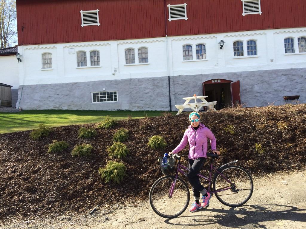 Du må ikke ha en dyr fancy sykkel for å trene. Dyveke bruker hverdagssykkelen med kurv foran som trening til toget hver dag.